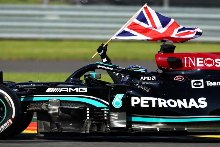 Hamilton conseguiu sua 99ª vitória na carreira, em casa, no circuito de Silverstone  (Foto: Divulgação/Twitter/Fórmula 1)