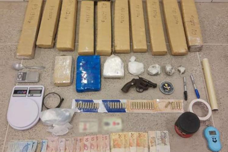 Os entorpecentes encontrados na região de Jericoacoara totalizaram 13,5 quilos de maconha e 2,81 quilos de cocaína (Foto: Divulgação SSPDS)