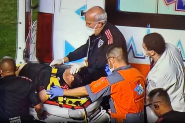 Marcelinho passou mal aos 32 minutos do segundo tempo e teve que ser levado ao hospital de ambulância  (Foto: Reprodução/Premiere)