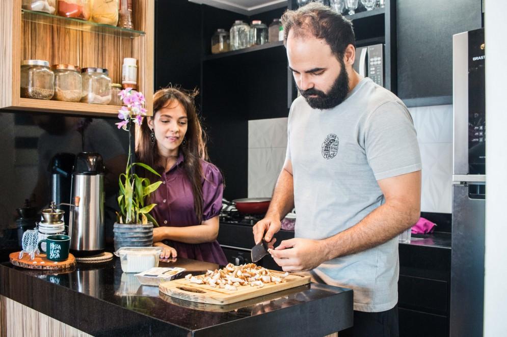 Caio Farias, de 33 anos, é vegetariano há aproximadamente 7 anos e ajudou a esposa, Luciene, com a mudança na alimentação(Foto: Fernanda Barros)