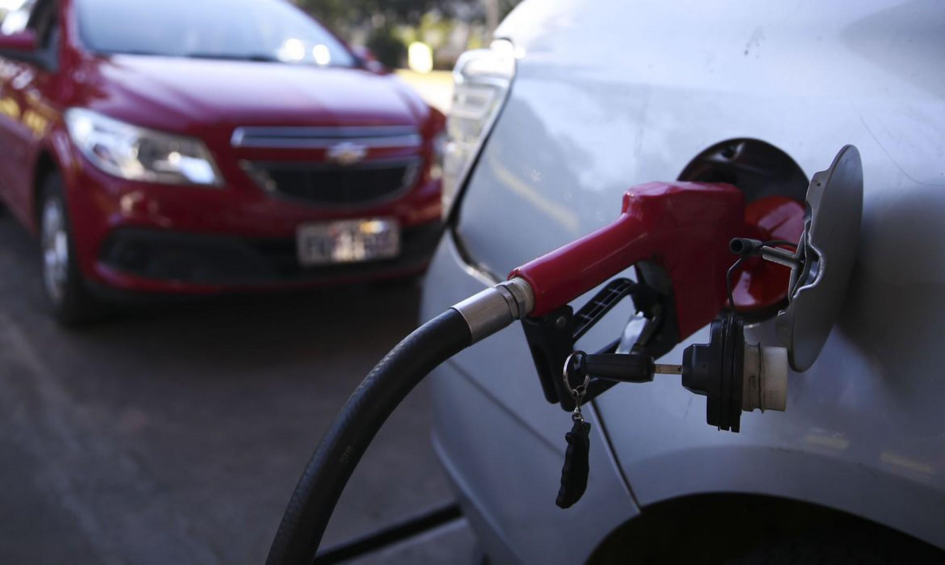 Em épocas de temperaturas mais baixas, acrescente de 25% a 30% de gasolina no tanque de álcool (Foto: José Cruz/Agência Brasil)