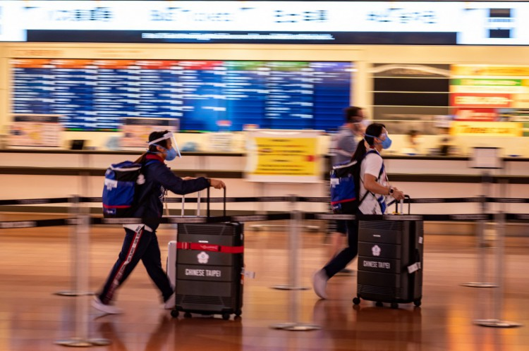 Atletas taiwaneses chegam ao Aeroporto Internacional de Tóquio(Foto: Philip FONG / AFP))