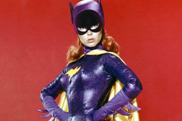 Yvonne Craig fez fama no papel de Batgirl na clássica série dos anos 1960. A atriz norte-americana faleceu em 2015