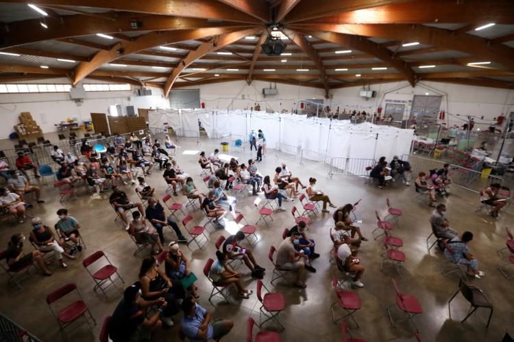 Pessoas esperam para receber uma dose da vacina Covid-19 em um centro de vacinação em Perpignan, sul da França, em 18 de julho de 2021      (Foto: RAYMOND ROIG / AFP)