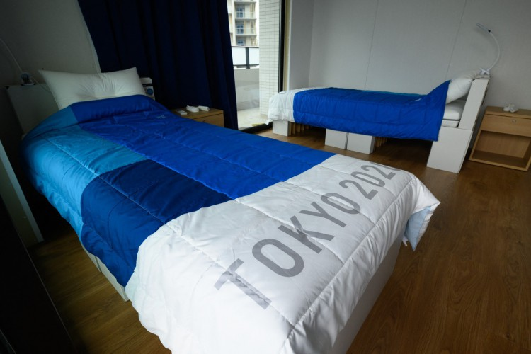 camas e colchões de papelão reciclável para atletas durante um tour de mídia na Vila Olímpica e Paraolímpica dos Jogos de Tóquio 2020 (Foto: Akio KON / POOL / AFP)