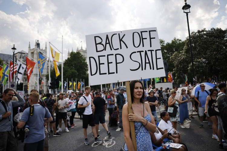 Os manifestantes antivacinação, incluindo um referindo-se ao que eles chamam de
