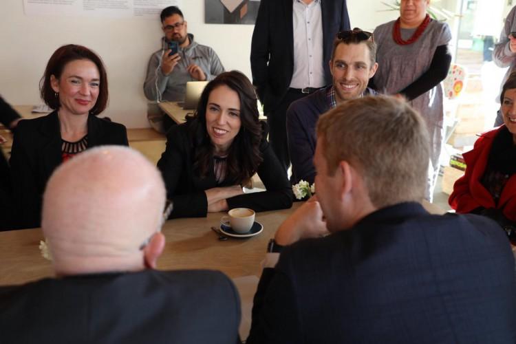Cidades com prefeita em vez de prefeito tiveram 43% menos mortes por Covid-19. Na foto, a primeira-ministra da Nova Zelância, Jacinda Arden (no centro da mesa) (Foto: Reprodução/Facebook)