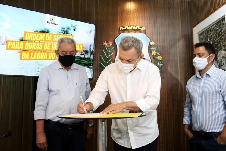 Solenidade de assinatura da ordem de serviço para obras de urbanização da Lagoa do Papicu, nesta segunda-feira, 19. (Foto: Thiago Gaspar)
