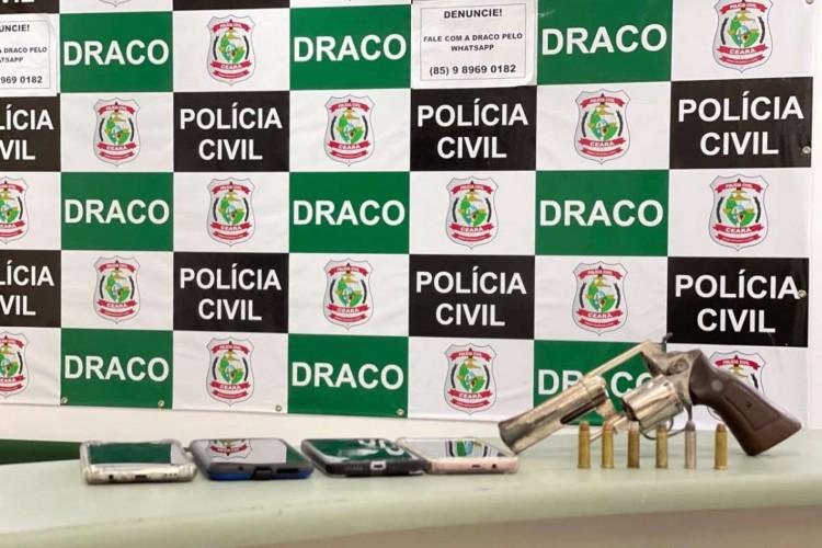 Armas, munições e celulares foram apreendidos durante prisão de acusado de crimes (Foto: Foto: Polícia Civil)