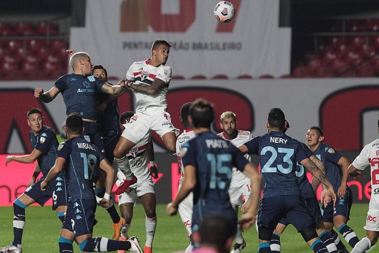 Racing e São Paulo empataram no jogo de volta da Copa Libertadores 2021. Saiba onde assistir os jogos de hoje, terça (20/07).  (Foto: Staff Images / CONMEBOL)