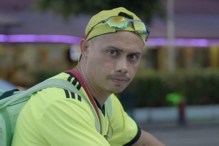 Silvero Pereira interpreta um entregador de aplicativo no curta 'Fantasma Neon' (Foto: divulgação)
