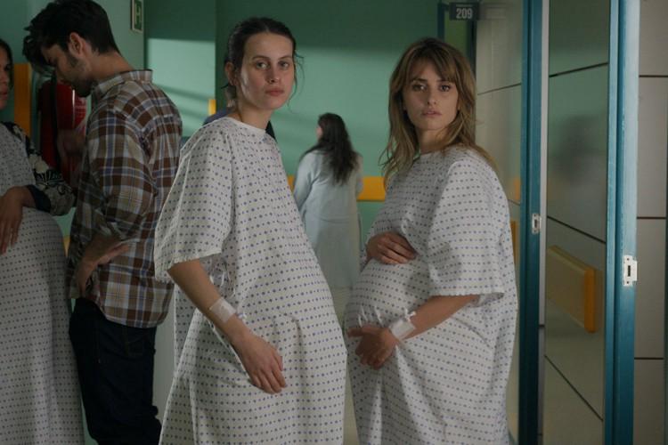 O novo filme de Almodóvar conta a história de duas mães prestes a dar à luz (Foto: divulgação)