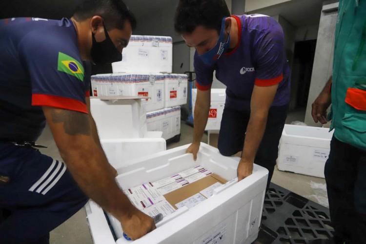 Foram recebidas 50,7 mil doses da AstraZeneca e 84,6 mil da Coronavac (Foto: Helene Santos/Governo do Ceará)