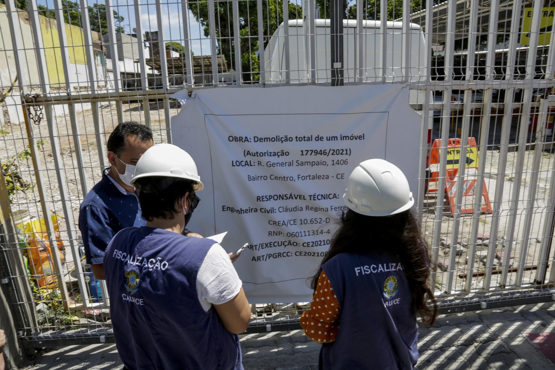 Casarão localizado na rua General Sampaio, no Centro de Fortaleza, estava em processo de tombamento (Foto: Thais Mesquita)