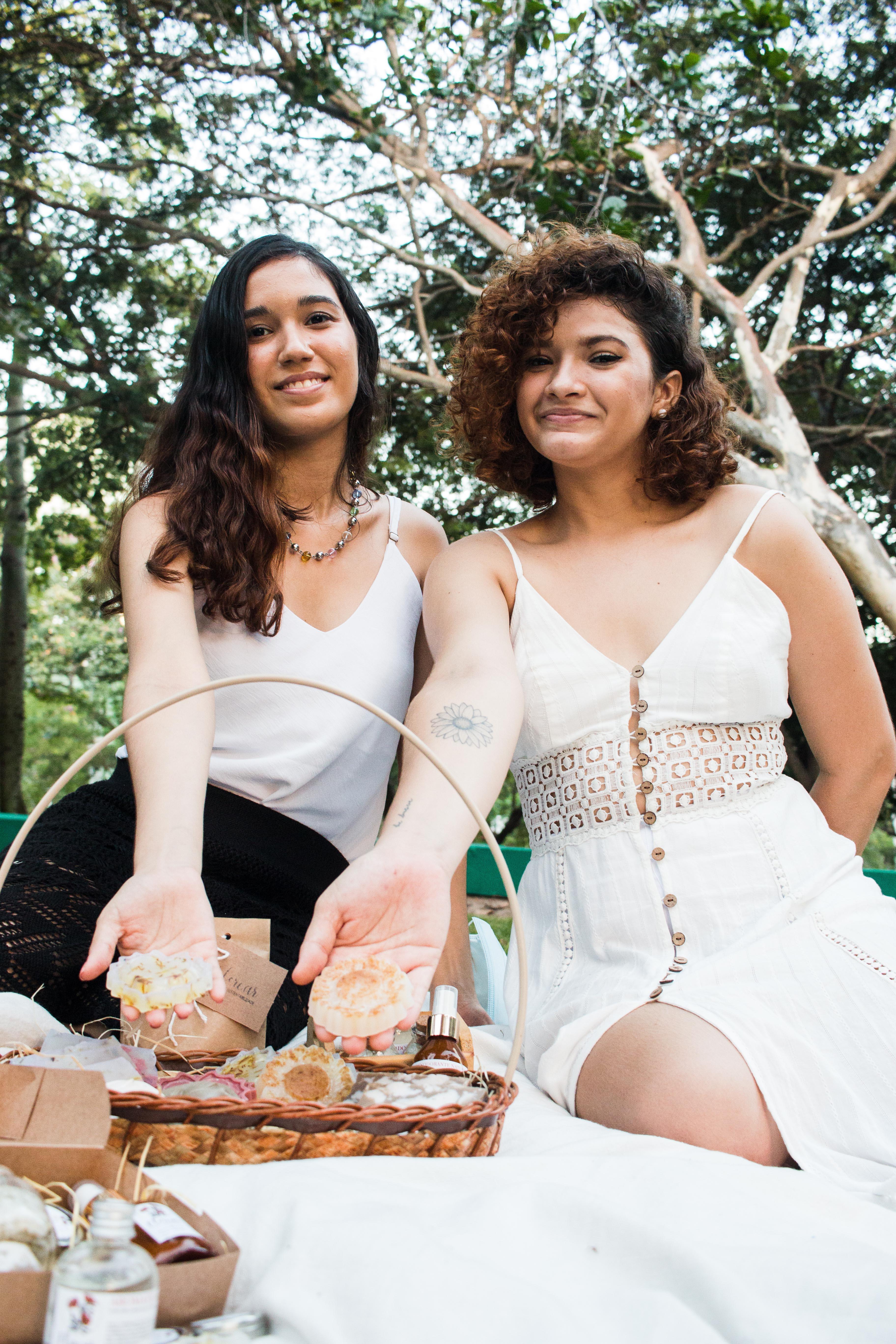 (Foto: Fernanda Barros)Maria Clara Albuquerque, 20, e Mikaely Barreto, 21, dividem o mesmo interesse pela cosmetologia natural, que levou ao surgimento da Florear