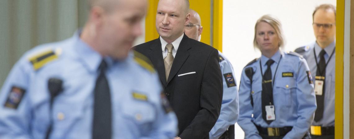 Nesta foto de arquivo tirada em 15 de março de 2016, o assassino em massa norueguês Anders Behring Breivik (2ª L) entra em um tribunal improvisado no ginásio da prisão de Skien em 15 de março de 2016