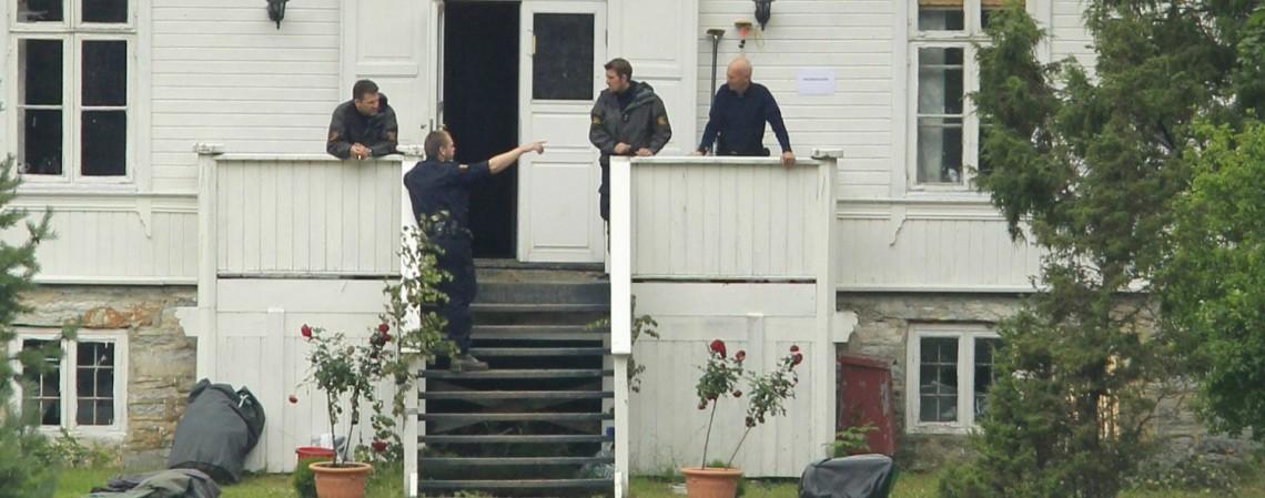 Nesta foto de arquivo tirada em 25 de julho de 2011, a polícia continua suas investigações no lago Tyrifjorden, na ilha de Utoya, onde um atirador matou pelo menos 86 pessoas durante uma série de tiroteios em 22 de julho