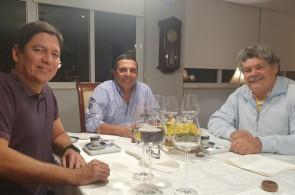 Convidado da FAB, Henrique Carvalho, que estreia mais uma medalha na lapela, papeou com os Brigadeiros Baptista Jr. e Ruy Mesquita