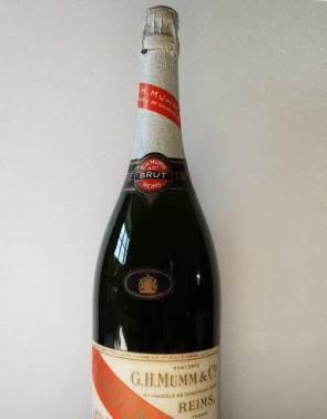 Bubbles - Mumm, o franco-germano champagne do Casablanca. Servido em taça coupe, bien sûr (Foto: Reprodução/Internet)