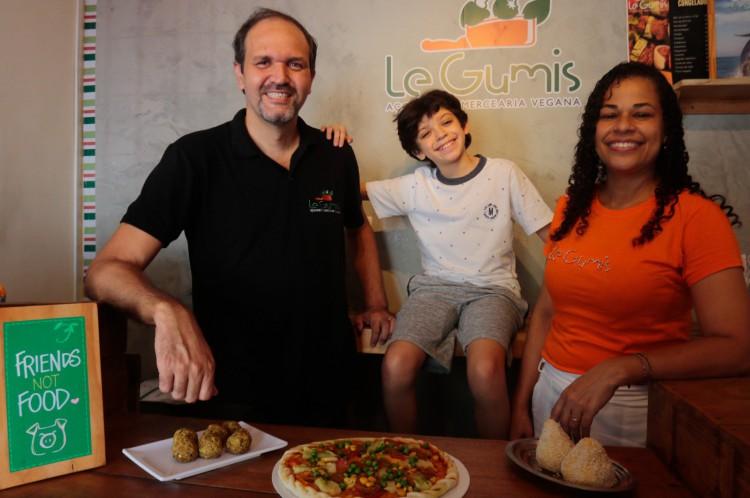 Robinson Garbes, 47, e Ana Paula Garbes, 41, são um casal que tocam um restaurante e mercearia chamado Le Gumis. O estabelecimento conta com pizzas, coxinhas, espetinhos e outros alimentos prontos congelados e também feitos na hora para serem consumidos no espaço(Foto: BARBARA MOIRA)