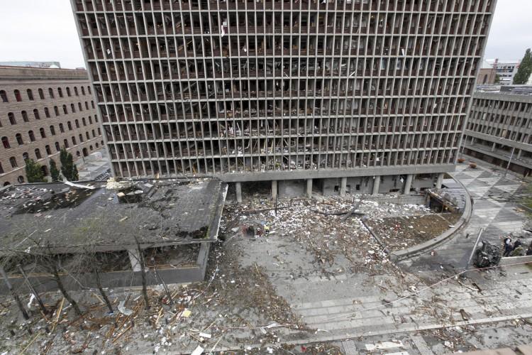 Uma foto distribuída em 15 de dezembro de 2011 pela polícia norueguesa mostra o prédio do governo em 23 de julho de 2011 um dia depois da explosão de um carro-bomba detonado pelo extremista de direita norueguês Anders Behring Breivik (Foto: JONATHAN NACKSTRAND / AFP)