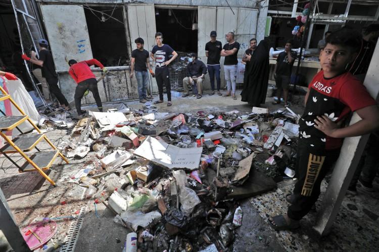 Local da explosão um dia antes em um mercado popular no bairro de Sadr City, de maioria xiita, a leste da capital Bagdá, em 20 de julho de 2021 (Foto: AHMAD AL-RUBAYE / AFP)
