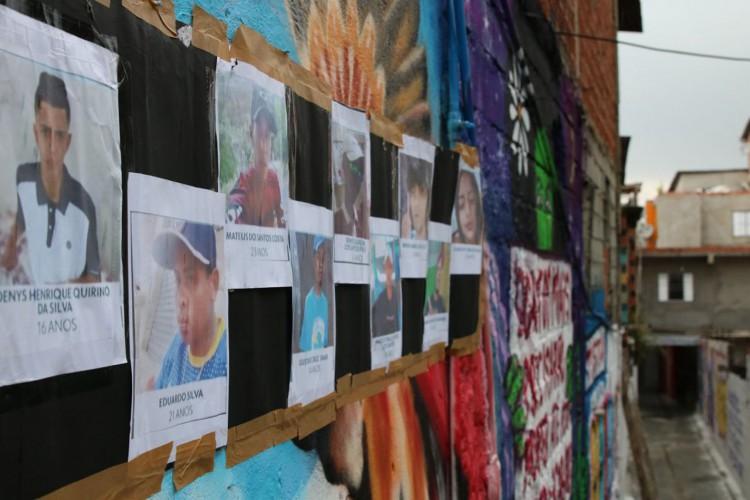 Beco é grafitado para homenagear os jovens mortos em Paraisópolis no ultimo domingo (1/12). (Foto: Rovena Rosa/Agência Brasil)