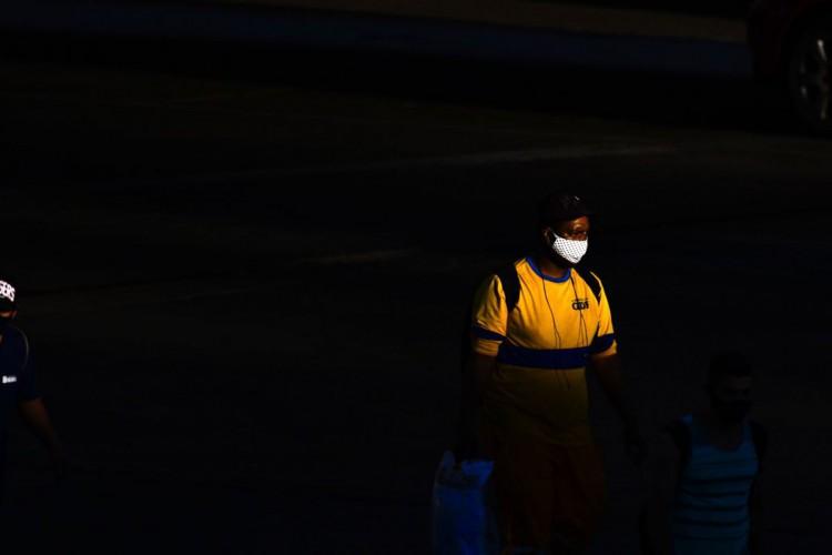 O uso de máscaras como medida de prevenção contra o coronavírus é obrigatório no Distrito Federal desde o dia 30 de abril (Foto: Marcello Casal JrAgência Brasil)