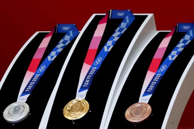 Medalhas de ouro, prata e bronze que serão entregues aos competidores em Tóquio (Foto: Behrouz Mehri/AFP)