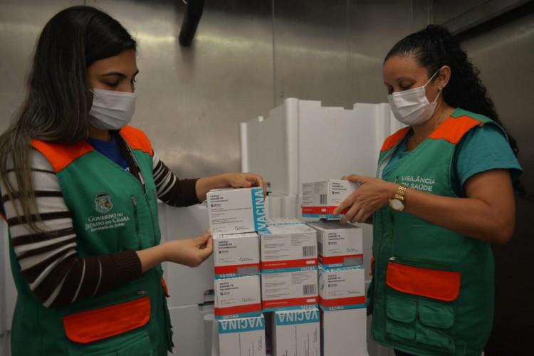 No total, chegaram 202.500 doses da AstraZeneca e 52.650 da Pfizer/BioNTech (Foto: Thiara Montefusco/Governo do Ceará)