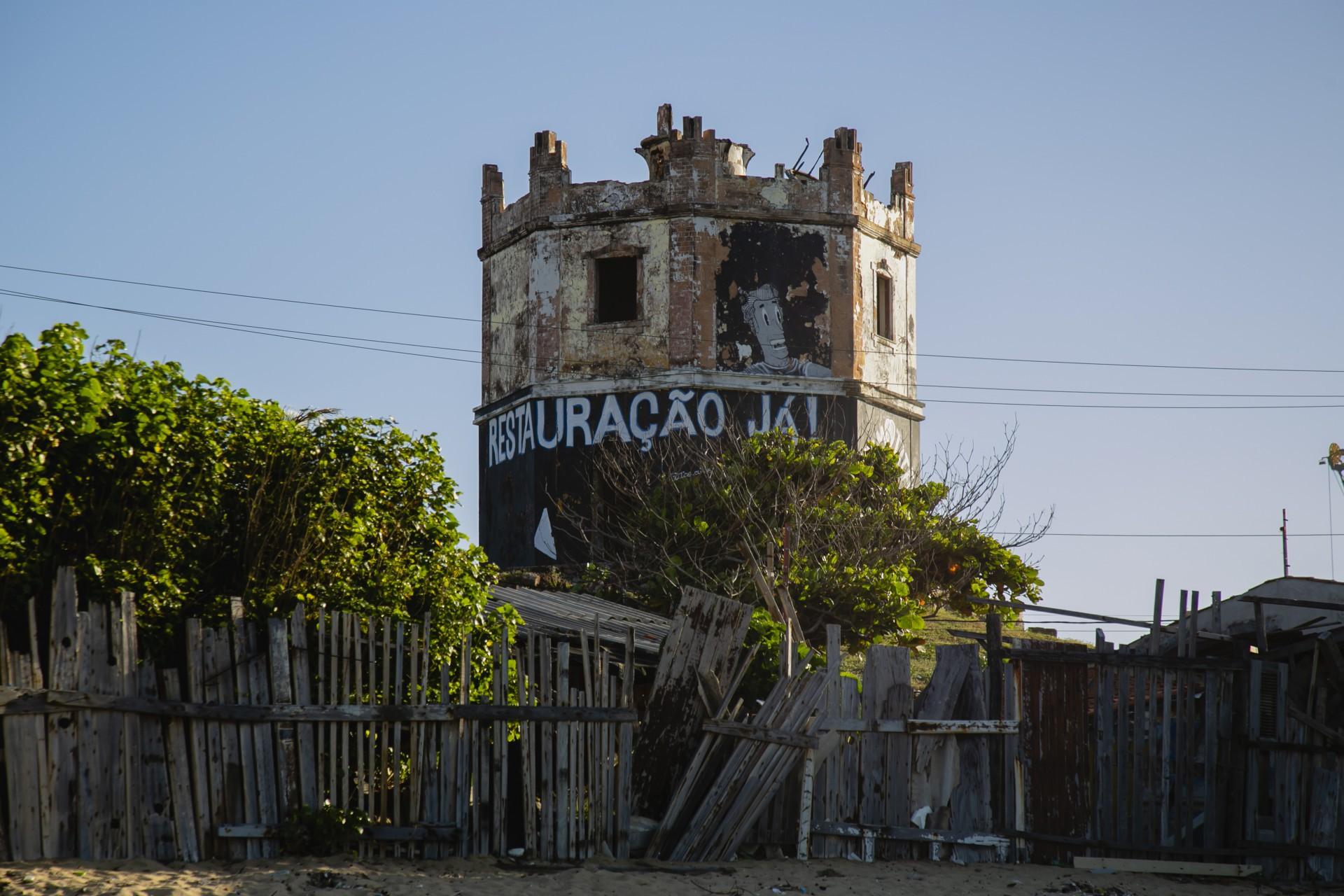 Farol do Mucuripe, símbolo de Fortaleza, caindo de podre, de abandonado (Foto: Aurelio Alves)