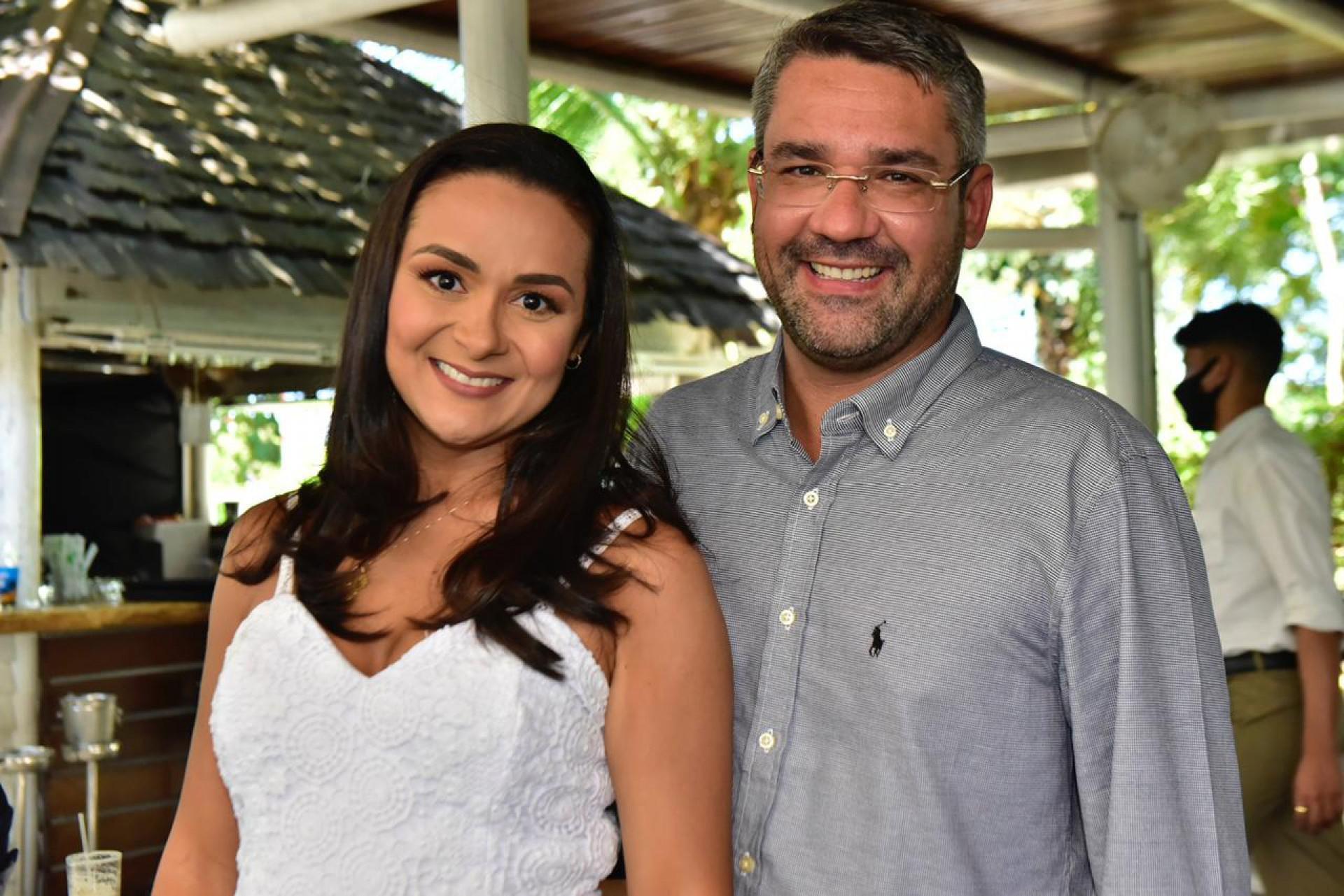 Presidente da Caixa de Assistência dos Advogados do Ceará (CAACE), Sávio Aguiar, especialista em Direito do Consumidor, quando do seu aniversário, último dia 16, comemorado com a esposa Débora e amigos