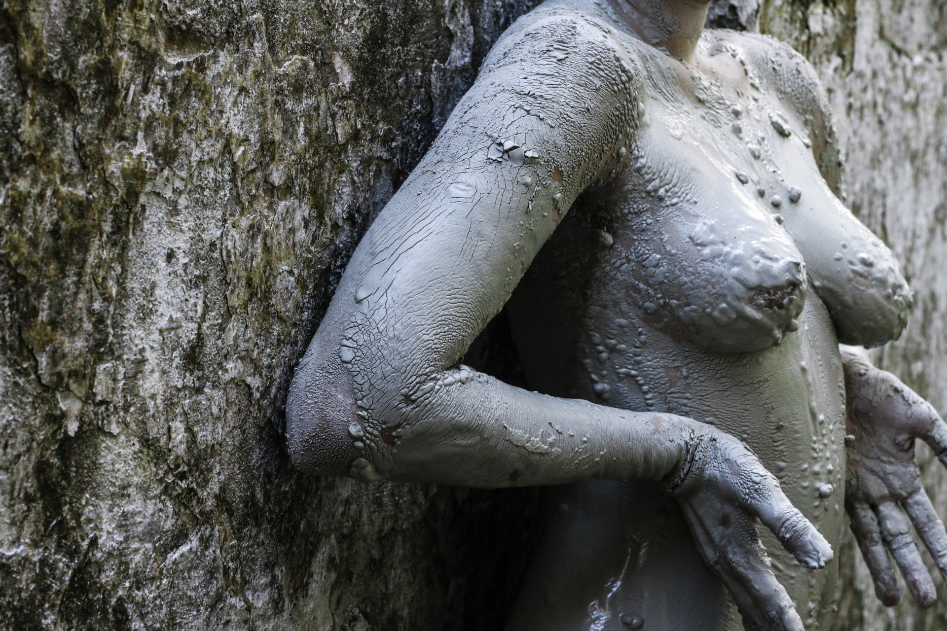 "Bárbara Moira apresenta a obra ""Raízes""na exposição: ""O corpo é o centro da tempestade"" (Foto: Bárbara Moira)"
