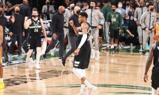 MILWAUKEE, WI - JULHO 20: Giannis Antetokounmpo # 34 do Milwaukee Bucks comemora durante o jogo seis das finais da NBA de 2021 em 20 de julho de 2021 no Fiserv Forum em Milwaukee, Wisconsin