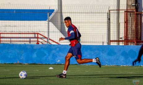 Volante Matheus Jussa com a bola em treino do Fortaleza no Centro de Excelência Alcides Santos, no Pici