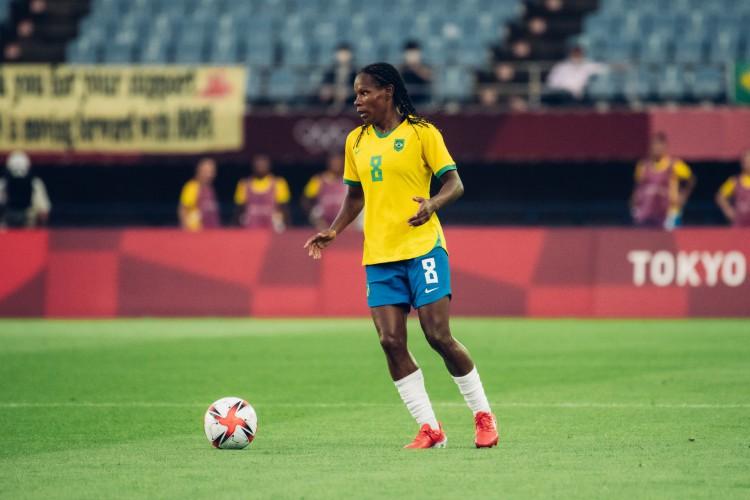 Volante Formiga com a bola no jogo de futebol feminino Brasil x China, pelas Olimpíadas de Tóquio (Foto: Sam Robles/CBF)