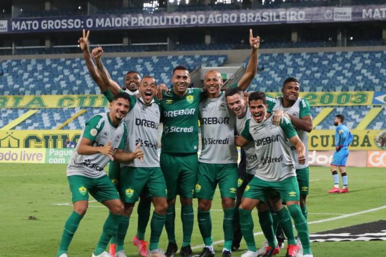 Cuiabá vence Atlético-GO e sai do Z4 do Brasileirão (Foto: )