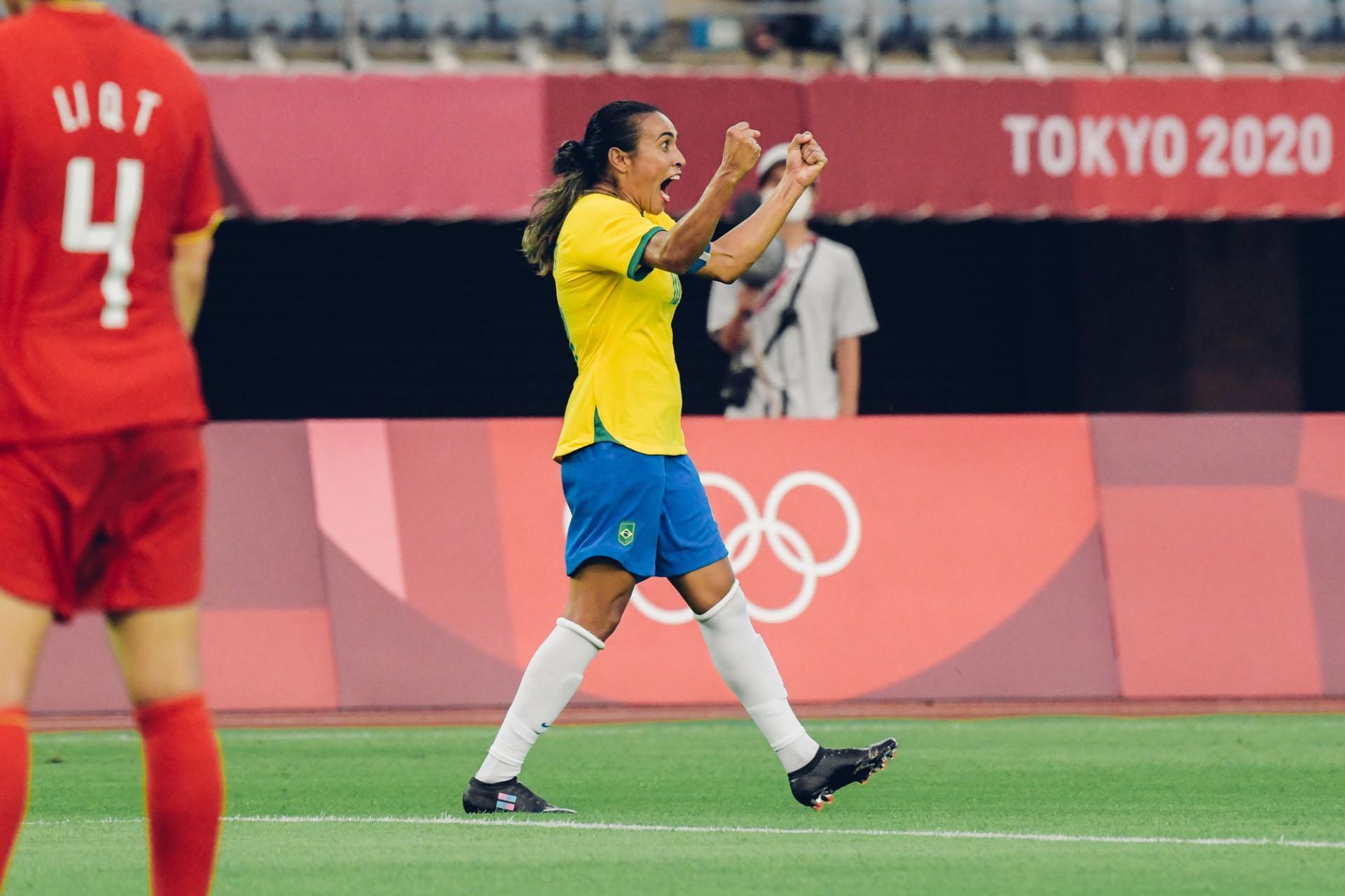 Marta comemora gol na vitória do Brasil sobre a China na abertura do torneio de futebol feminino na Olimpíada de Tóquio, em Miyagi. 21/7/2021 (Foto: SAM ROBLES / CBF)