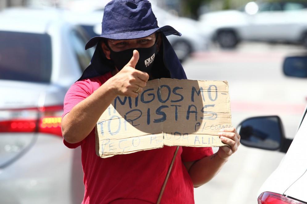 Silvia Fernandes de Alencar em sinal na avenida Oliveira Paiva(Foto: FABIO LIMA)
