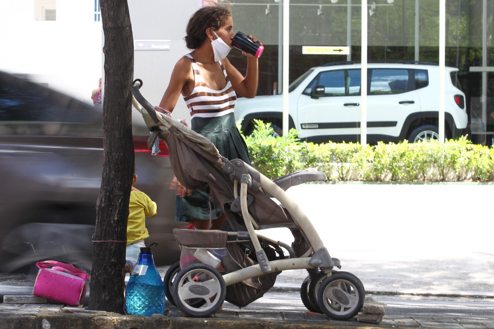Maria Ester Sousa Barros, no semáforo da avenida Senador Virgílio Távora(Foto: FABIO LIMA)
