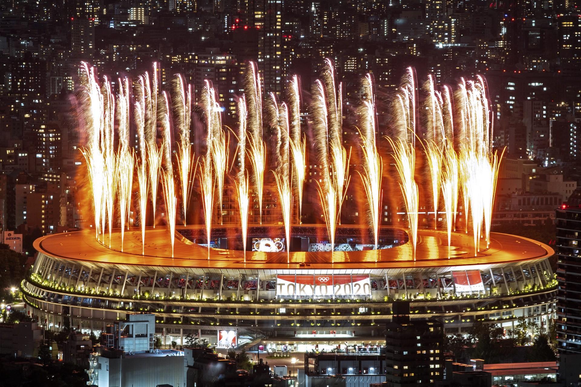 Fogos de artifício iluminam o céu sobre o Estádio Olímpico durante a cerimônia de abertura dos Jogos Olímpicos de Tóquio 2020, em Tóquio, em 23 de julho de 2021. (Foto de Charly TRIBALLEAU / AFP) (Foto: Charly  TRIBALLEAU / AFP)