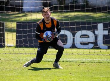 Goleiro João Ricardo com a bola em treino do Ceará na Cidade Vozão, em Itaitinga