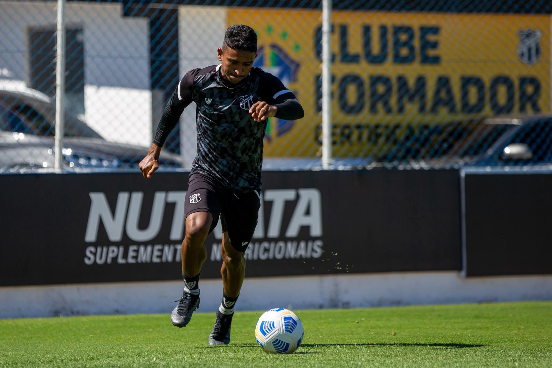 Lateral-direito Buiú com a bola em treino do Ceará na Cidade Vozão, em Itaitinga (Foto: Felipe Santos/ Ceará SC)