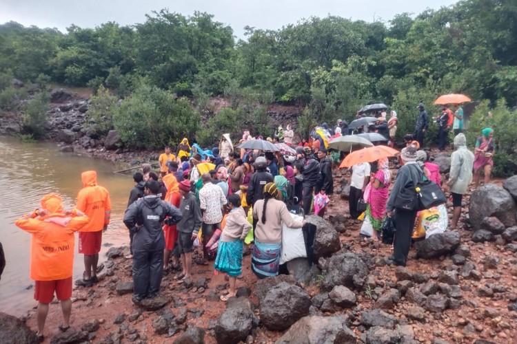 Força Nacional de Resposta a Desastres (NDRF) resgatando moradores perdidos de áreas baixas que foram inundadas após fortes chuvas de monção em Ambewadi, distrito de Kolhapur, em Maharashtra, na Índia (Foto: NDRF / AFP)