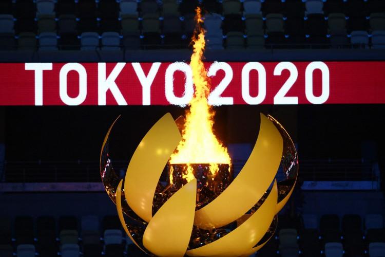 A chama olímpica arde após o acendimento do Caldeirão Olímpico durante a cerimônia de abertura dos Jogos Olímpicos de Tóquio 2020, no Estádio Olímpico, em Tóquio, em 23 de julho de 2021. (Foto de Franck FIFE / AFP) (Foto: Franck FIFE / AFP)