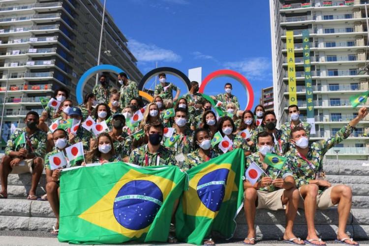 Os atletas desfilaram pela Vila Olímpica com uniformes florais e bandeiras do Brasil (Foto: Reprodução/Instagram/Time Brasil )