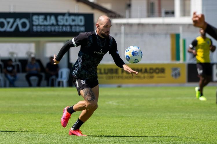 Volante Marlon com a bola em treino do Ceará na Cidade Vozão, em Itaitinga (Foto: Felipe Santos/ Ceará SC)
