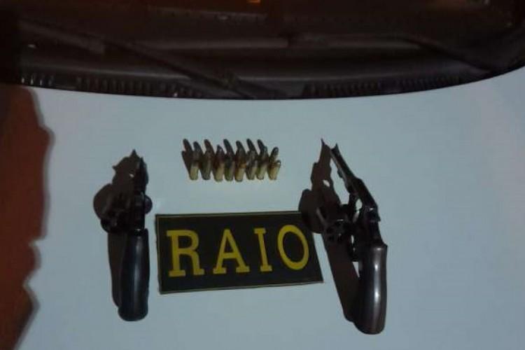 Munições e dois revólveres calibre 38 foram encontrados no veículo  (Foto: PMCE/Reprodução)