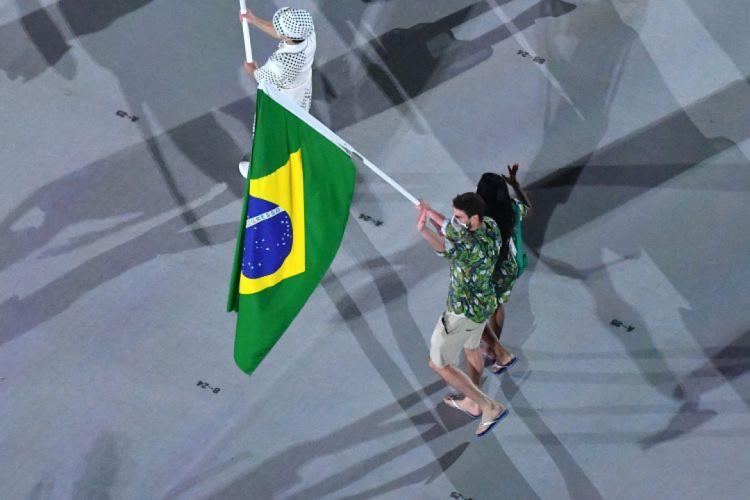 Ketleyn Quadros e Bruninho representam Time Brasil como casal porta-bandeira (Foto: Antonin THUILLIER / AFP)