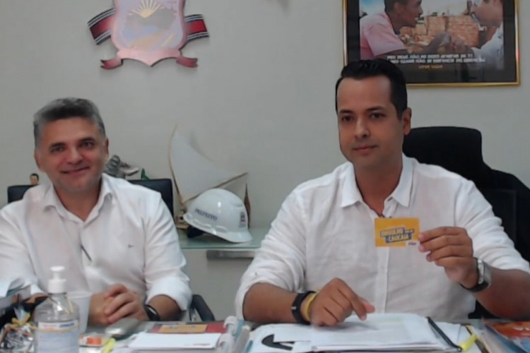 Vitor Valim anuncia gratuidade no transporte público em Caucaia, ao lado do vice-prefeito Deuzinho Filho (Foto: REPRODUÇÃO)